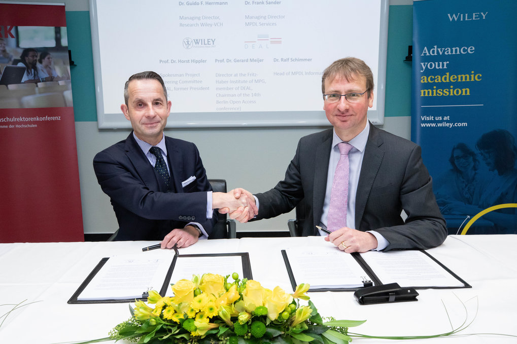 Contract signing: Dr. Guido Herrmann, Managing Director Wiley-VCH, and Dr. Frank Sander, Managing Director Max Planck Digital Library Services
